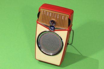Nutze ein Transistorradio in einer Notfallsituation