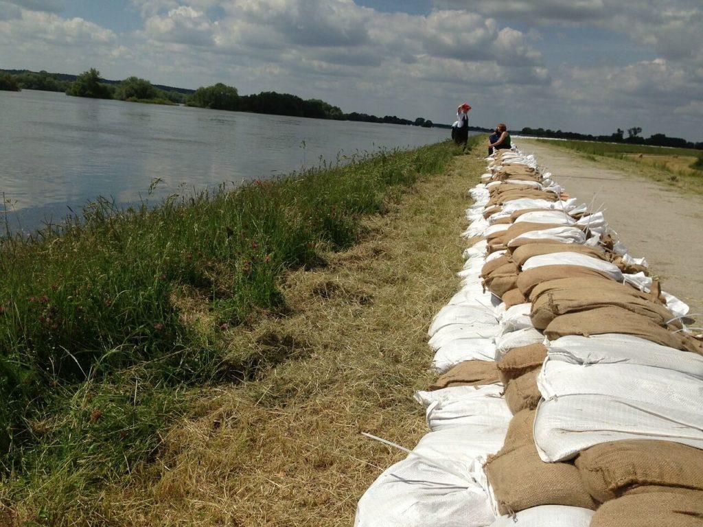 Sandsäcke helfen gegen Hochwasser in Deutschland