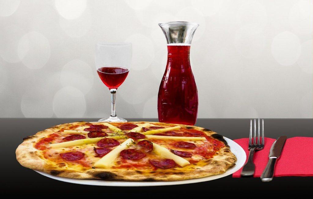 Trinke Wein mit der Pizza aus der Notfallration